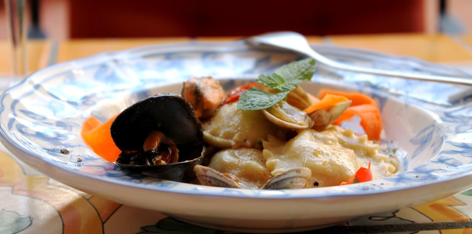 Ravioli di pesce con vongole e pesto di pistacchio