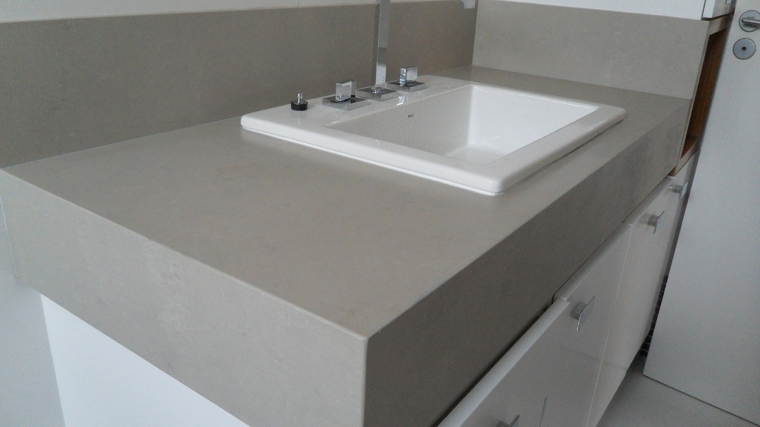 porcelanato.: Bancada e Nicho Porcelanato Portinari por Bel Taglio #596672 1536x864 Banheiro Com Bancada De Porcelanato