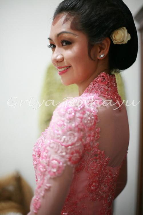 menyediakan upacara midodareni untuk calon pengantin wanita.