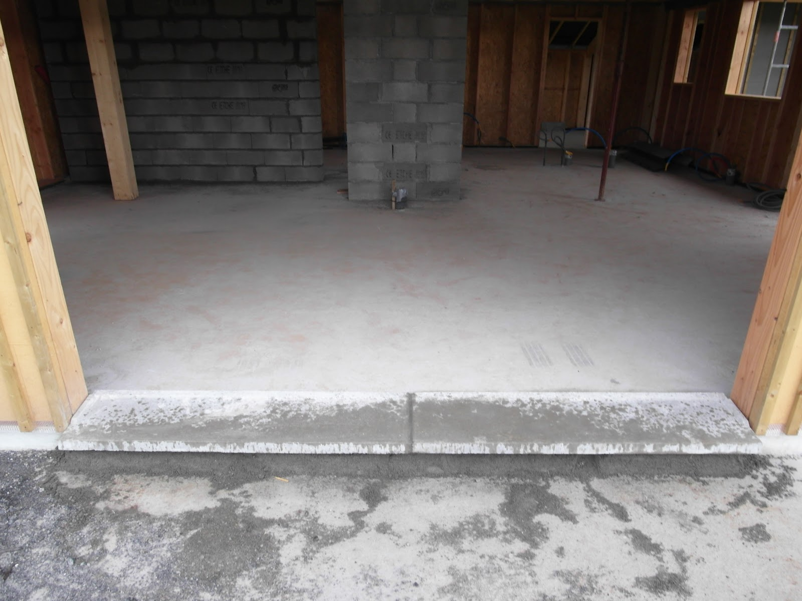 construction de notre maison agnos pose des seuils et reconstruction du mur droit. Black Bedroom Furniture Sets. Home Design Ideas