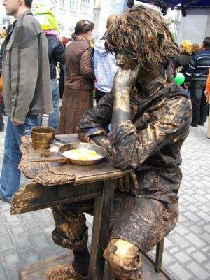 unik-aneh-dunia.blogspot.com - Unik! Lomba Pertandingan Mirip Patung di Ukraina