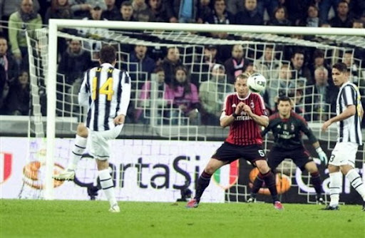 Mirko Vučinić shoots to score for Juventus against AC Milan