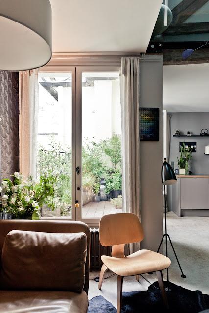 Farbspiel auf kleinem Wohnraum mit Designklassiker