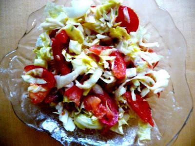 frischer Salat mit Tomaten
