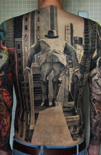 Tatuaje gigante de un tipo saltando de un edificio