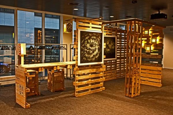 Expositor para obras de arte y escritorio for Palets reciclados iluminados