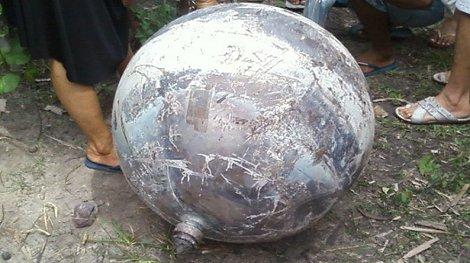 Extraña esfera metálica cae en el Brasil, febrero 2012