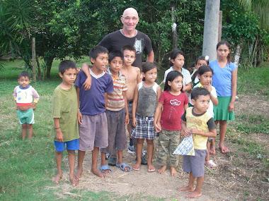 Avec les enfants de Los Paracaidistas