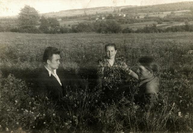 Józef Młodawski w rodzinnych stronach - po lewej stronie. Urodziłem się po raz drugi... Fot. udostępnił Józef Młodawski.