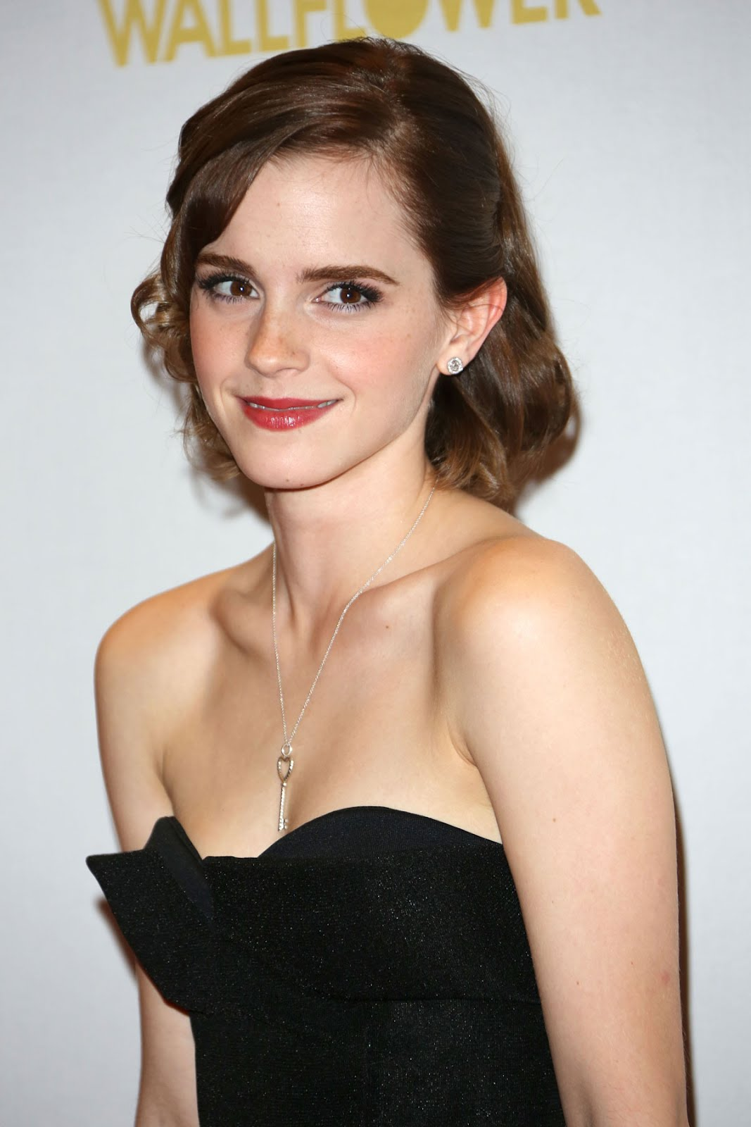 http://2.bp.blogspot.com/-gea7NNDWd-w/UGW-YHR2HzI/AAAAAAAACiI/QWNVhxGaJE8/s1600/EMMA-WATSON-at-Perks-of-Being-a-Wallflower-Premiere-in-London-00.jpg