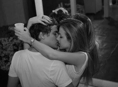 Vrais adolescents embrassant regina et