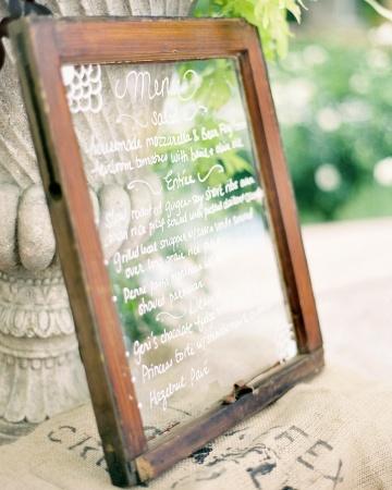 Menú escrito en vidrio