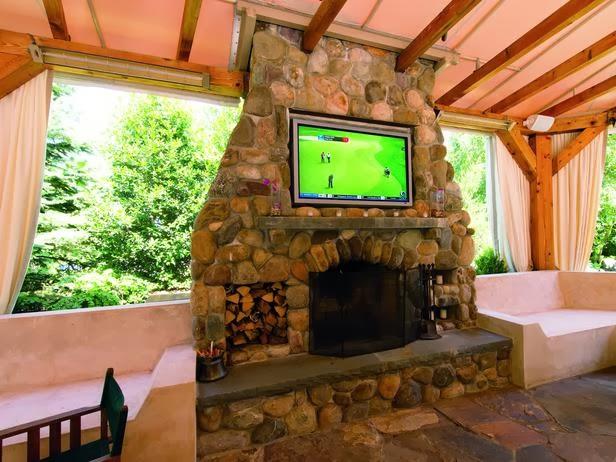 Rumah dengan TV Outdoor