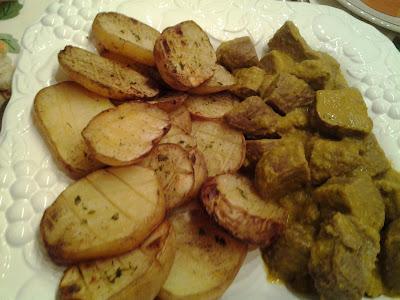 Patatas ajopé con seitán en salsa.