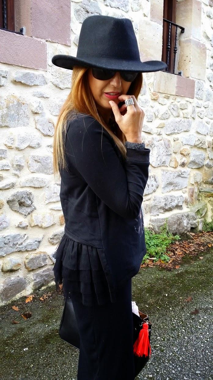 Look con Sombrero, Hat, Fashion Blogger, Street Style, Skirt, Sneakers, T-shirt, Blog de Moda, Carmen Hummer, Glasses, Bag, InStyle, Pechón, Cantabria