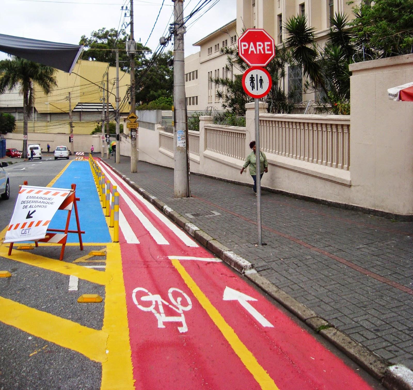 Ciclovia da Rua Madre Cabrini - detalhe para sinalização vertical de parada obrigatória, orientando o ciclista