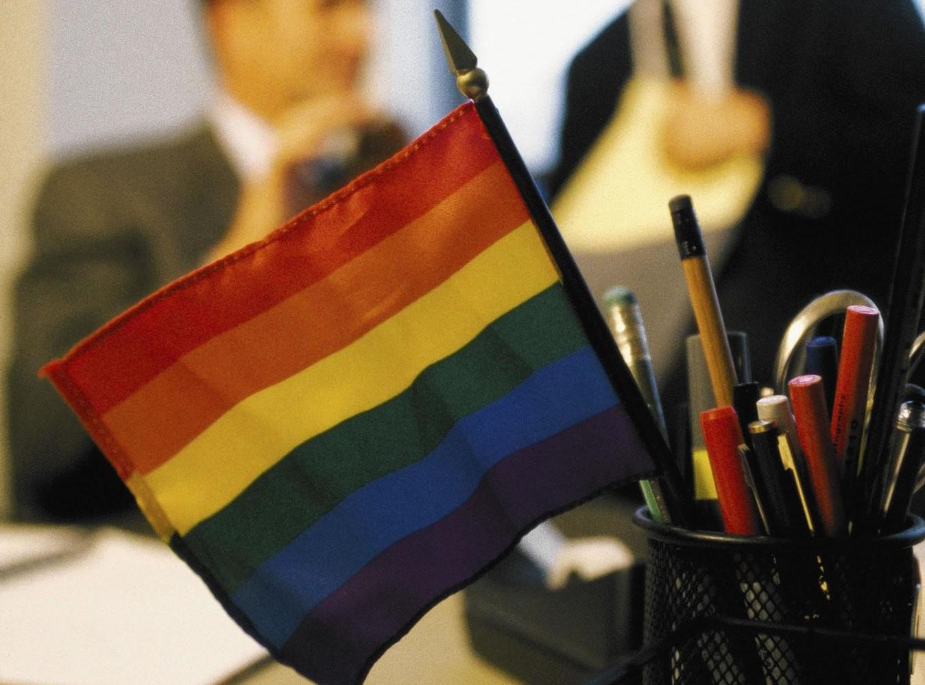 Maioria dos profissionais LGBT vivem no armário em local de trabalho