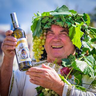 Herbert Graedtke mit der Weinsonderedition 2015. Foto: André Wirsig