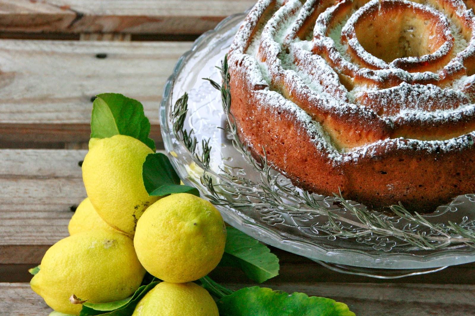 recepta d'un bon bundt cake de llimona i romaní per esmorzar