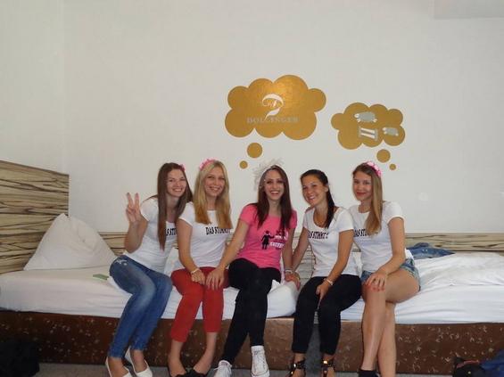 djevojke-u-hotelu