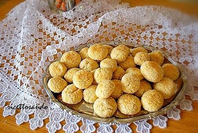 Biscotti alle mandorle pralinati al cocco ricetta dolce