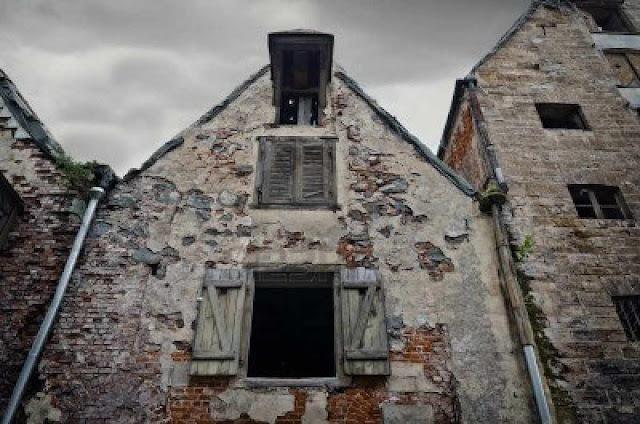 Casas abandonadas no centro antigo de uma cidade europeia