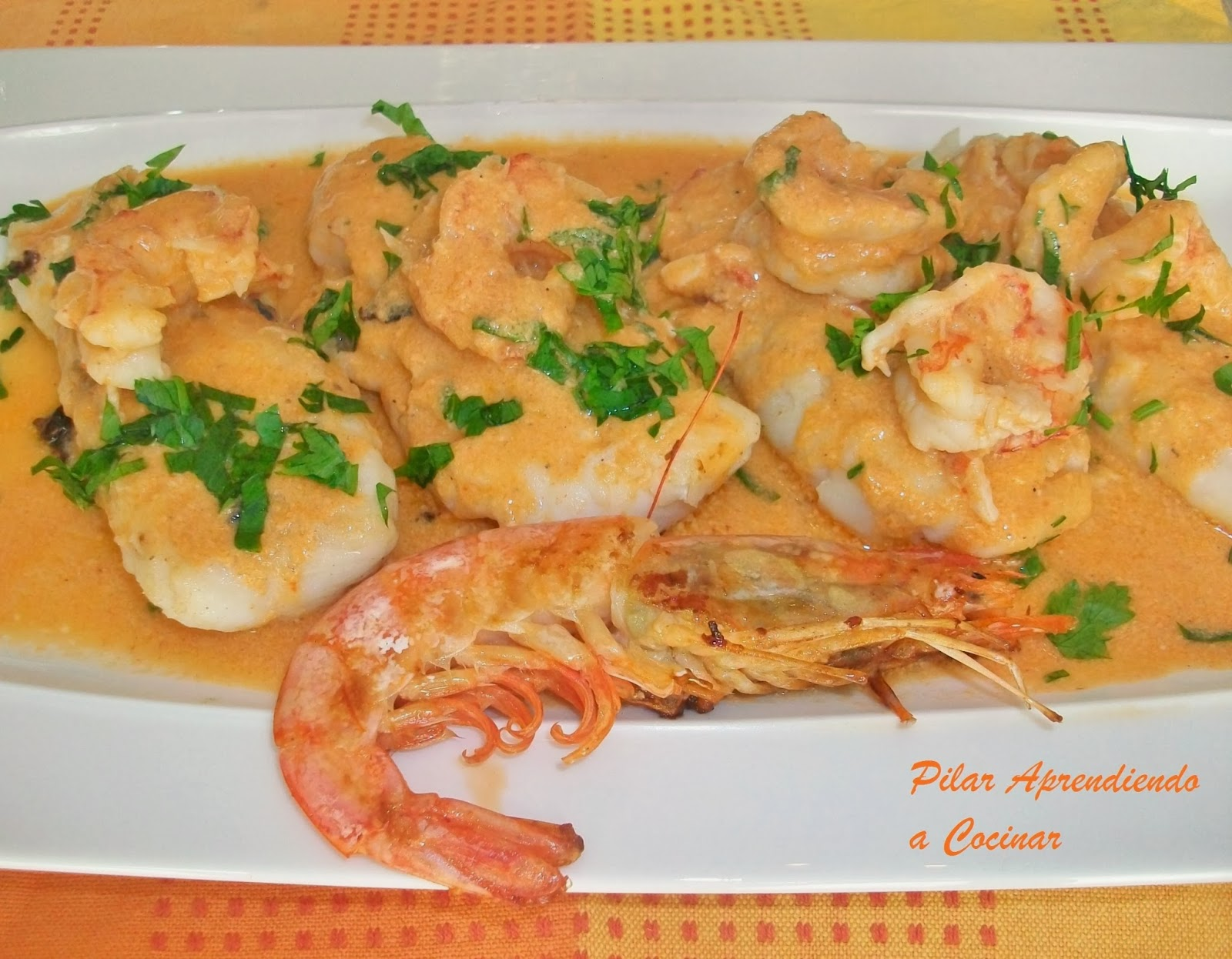 Aprendiendo a cocinar merluza con salsa de gambones for Cocinar filetes de merluza