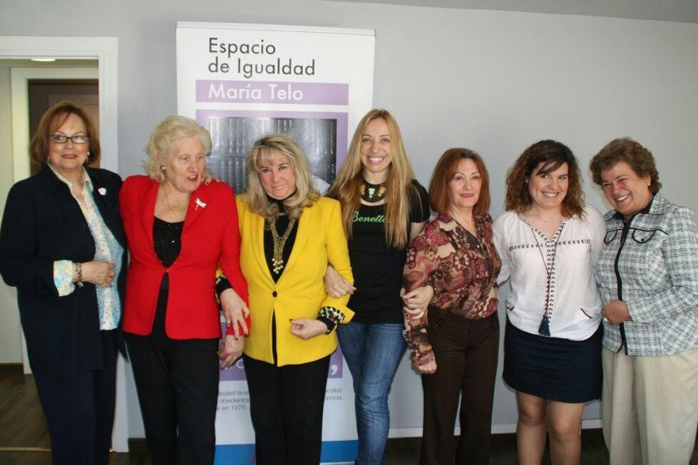 Begoña Larrainzar con representantes de grupos de mujeres.