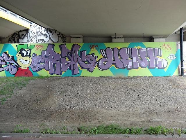 Graffiti na podporach wiaduktu w Alei Wieniawy-Długoszowskiego
