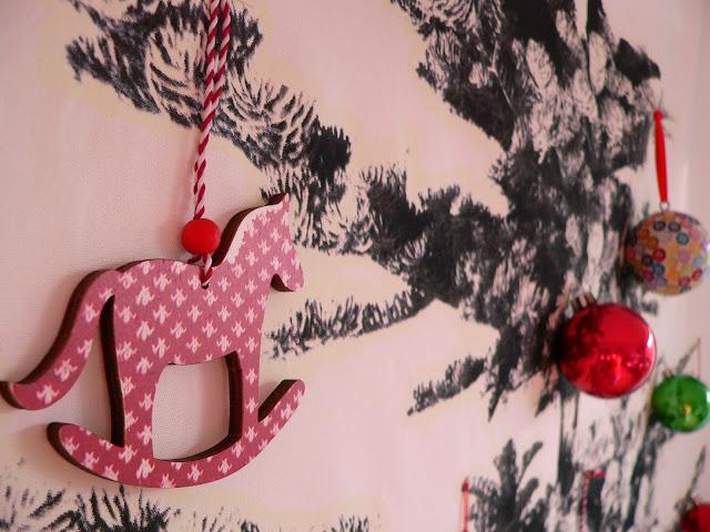 IKEA Wand Weihnachten Baum Tanne Weihnachtskugeln Deko