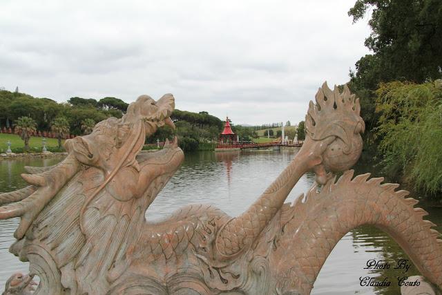 Percorro mais um pouco do parque e deparo me com o lago rodeado de budas, mas o que me atraiu o olhar foi o dragão situado numa das pontas e o coreto mesmo no centro do lago. Onde me posiciono para além da beleza do dragão o reflexo nas águas permitem dar brilho à fotografia.