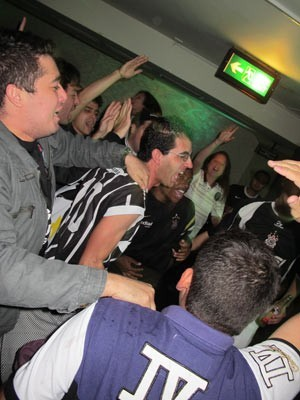 Torcedores assistem ao jogo do Corinthians em boate em Londres (Foto: Ronaldo Pelli)
