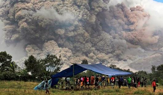 16 MUERTOS Y 25 MIL EVACUADOR POR ERUPCION DEL VOLCAN SINABUNG EN INDONESIA, 16 DE ENERO 2014