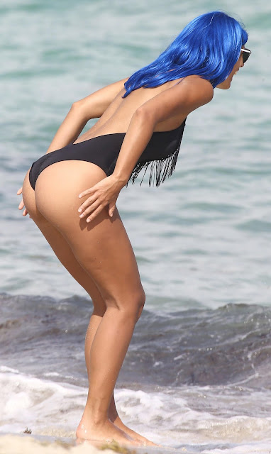 Model Raffaella Modugno Hot Bikini Pics At Beach