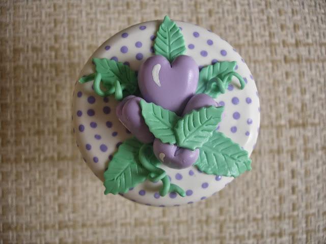 Uvinha, vidro decorado em biscuit