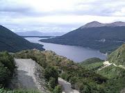. lago suele cambiar según la luz solar, en una de sus márgenes se . laghi escondido fagnano dal paso garibaldi