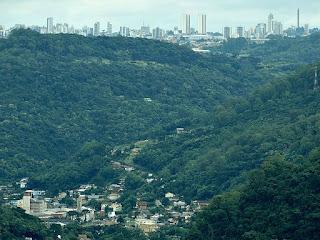 Distrito de Galópolis, em primeiro plano, e Caxias do Sul, ao fundo, vistas do Peral de São Paulo.