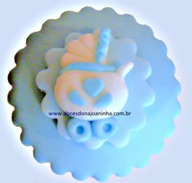 cupcake decorado para chá de bebê com carrinho de bebê