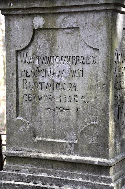 Błotnica, kamienny krzyż Arma Christi - napis. Fot. KW.
