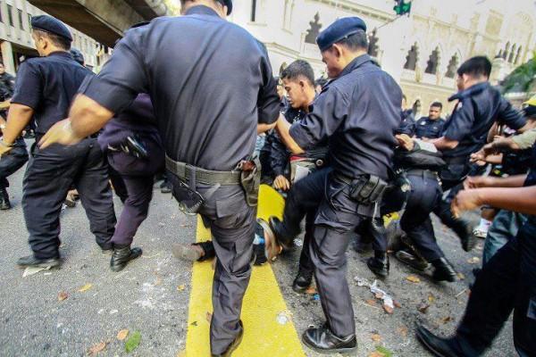 http://2.bp.blogspot.com/-glOQo_GJAUY/UOwQcNvmYgI/AAAAAAAAIxk/R_ovEbwS_ko/s1600/polis_belasah_Bersih-3.0-600x400.jpg