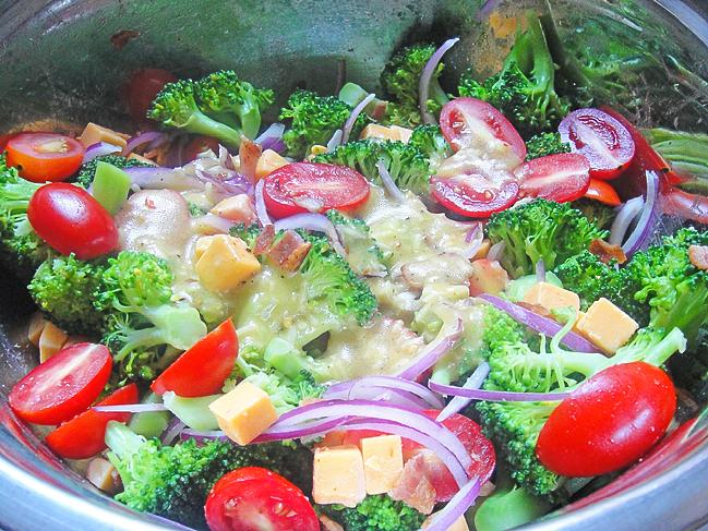 Салат из брокколи, с беконом, помидорами и сыром чеддер