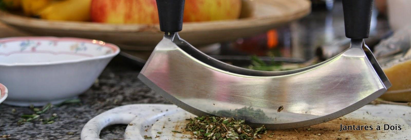 faca e ervas aromáticas