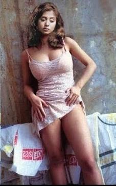 NudeBoollywood.BlogSpot.Com: Urmila Matondkar Pulling Up Gown ...