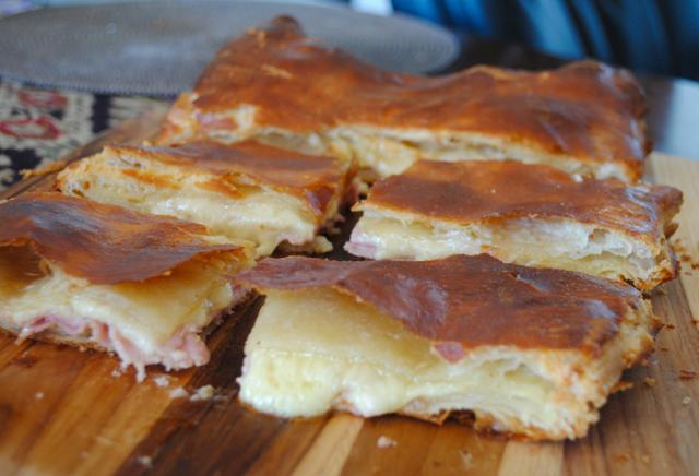 рецепт пирог из слоеного теста с ветчиной и сыром
