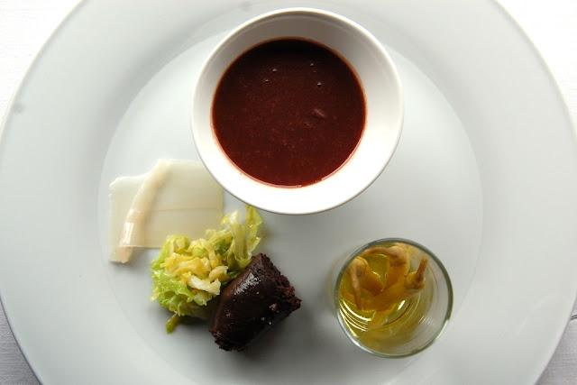 Las tradicionales alubias de Tolosa con berza, guindillas de Ibarra, tocino y morcilla de Beasain