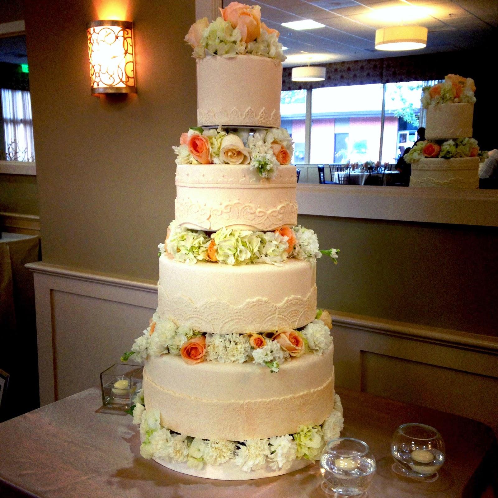 ivory wedding cake with fresh flowers bakeshopmarie. Black Bedroom Furniture Sets. Home Design Ideas