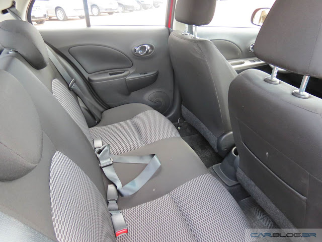 Nissan March S 1.0 2016 - interior - espaço traseiro