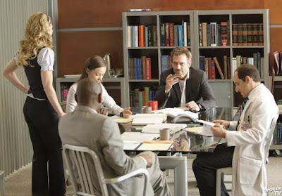 """Доктор Хаус - типичный руководитель-психотерапевт)) В каждой серии он изгоняет """"тараканов"""" из голов своих сотрудников :)"""