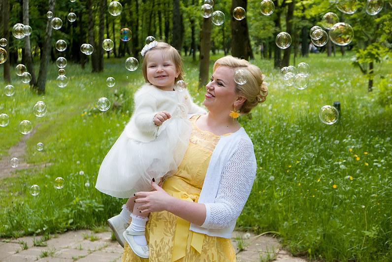 fotosesija su muilo burbulais per krikštynas ąžuolyno parke