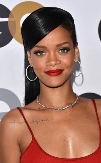 Rihanna her ne kadar saçlarının yanlarını kazıtmış olsa da uzun siyah düz at kuyruğu saç modeli ile oldukça ciddi bir görünüm elde etmiştir.